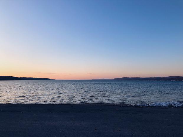 Vacker solnedgång vid sjön