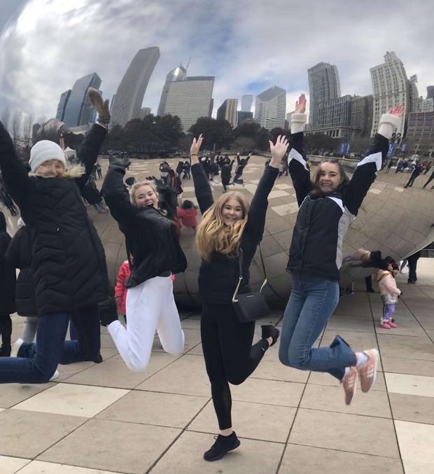 Utbytesstudenter hoppar framför bönan i Chicago