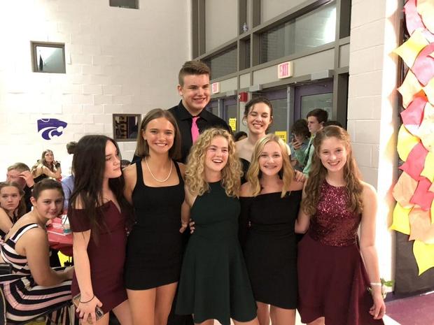 En grupp kompisar på homecoming