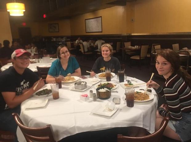 Värdfamilj äter middag