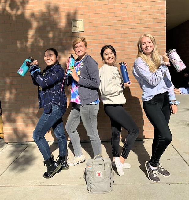 Utbytesstudenter håller i vattenflaskor