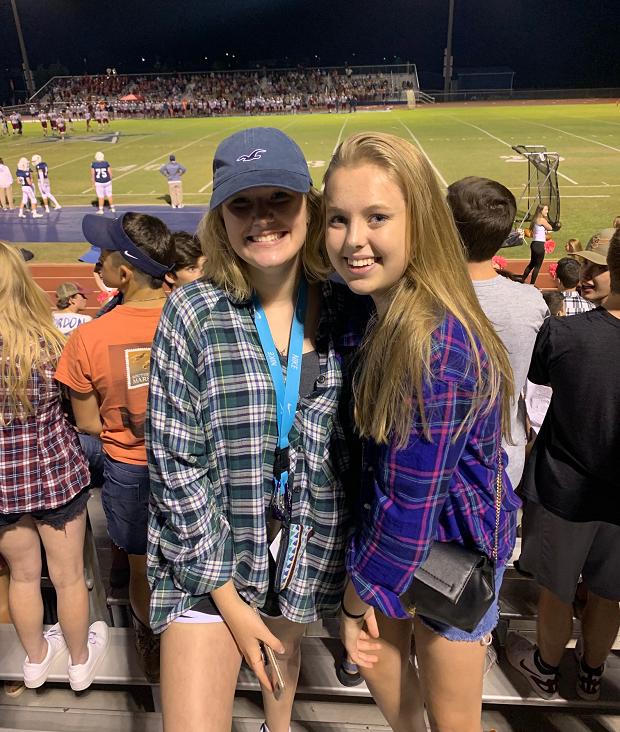 Två utbytesstudenter på amerikansk fotbollsmatch