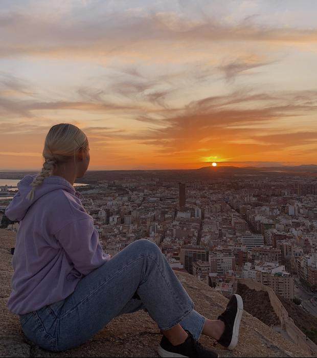 Ida vid solnedgång i Alicante, Spanien