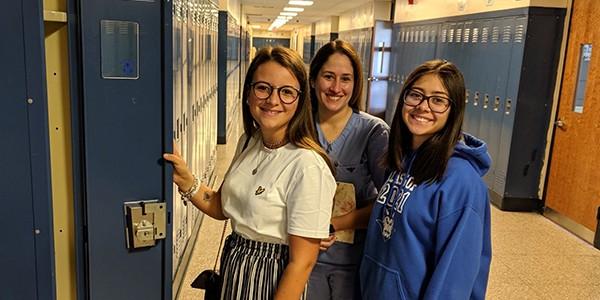 Exchange student davanti ai lockers a scuola in UsA