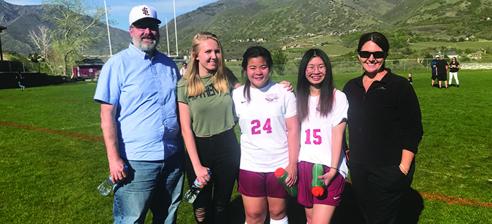 Educatius学生踢足球