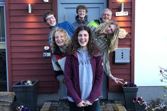 Gastschülerin mit Gastfamilie vor ihrem Haus