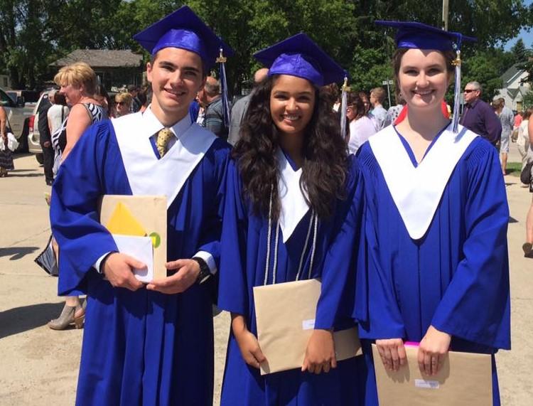 Lächelnde Schüler während ihres Auslandsjahres in Absolventenkleidung