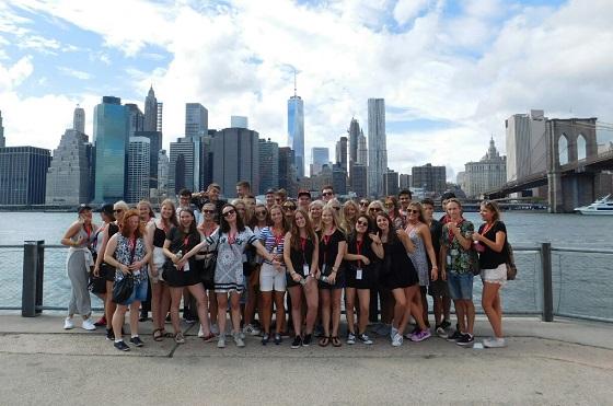 Eine Gruppe von Austauschschülerinnen- und schülern in New York