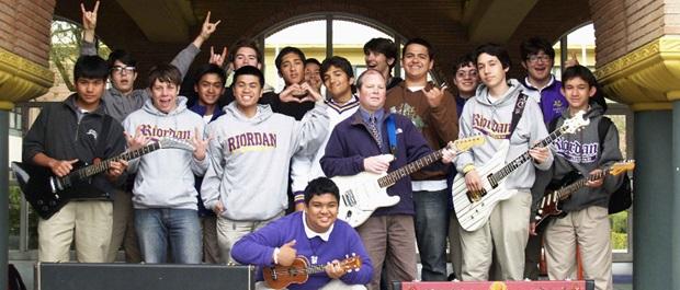 Studenter med gitarrer på Archbishop Riordan High School