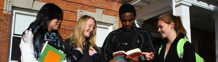 Utbytesstudenter med böcker