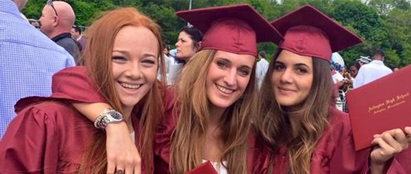 Giorno della Graduation, studentesse con il diploma americano
