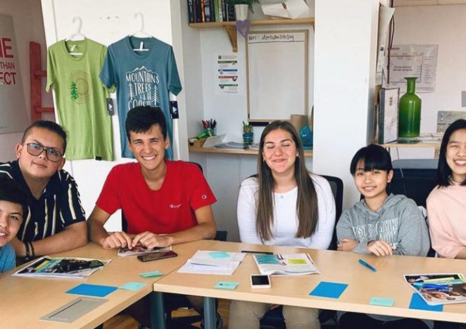 Nicola, đến từ Ý, cùng những học sinh quốc tế khác trong lớp học sáng tạo