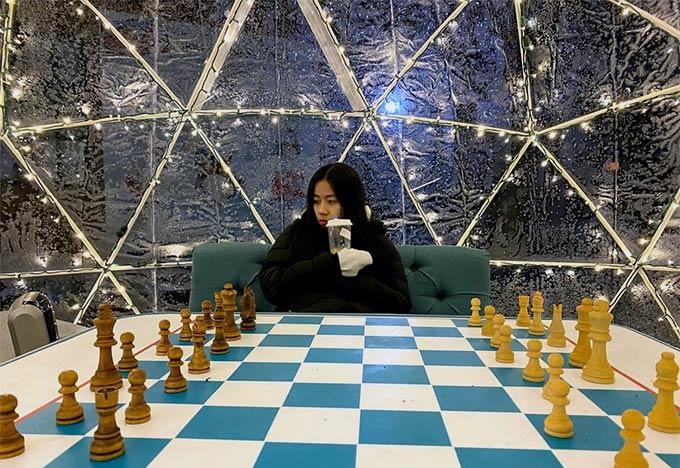 Học sinh của Educatius ngồi trước bàn cờ vua khổng lồ