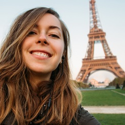 Student in front of the Eiffel Tour