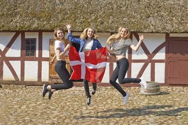 3位学生在丹麦跳跃