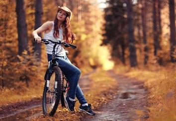 在加拿大的树林中骑自行车