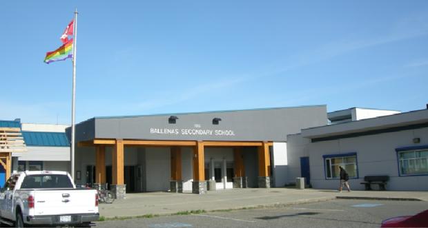 Fronten av en skole i Qualicum