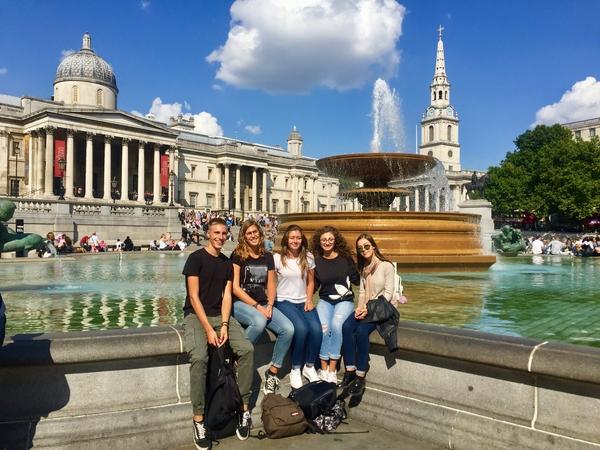 Studenti in exchange in attesa di entrare al British Museum a Londra