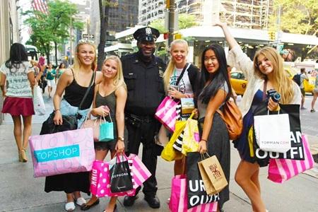 Tytöt shoppailemassa New Yorkissa