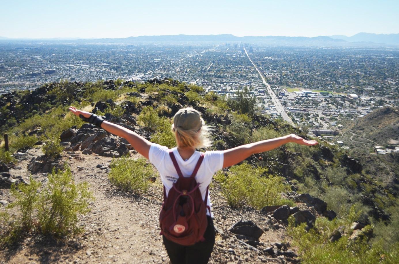 Utvekslingsstudent nyter utsikten over en dal i USA