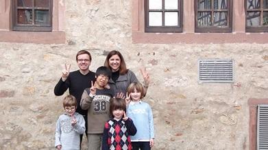 Svensk värdfamilj med sin utbytesstudent