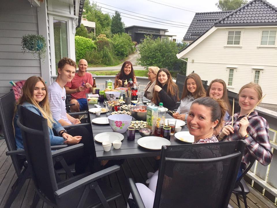 utvekslingselever i Norge spiser middag