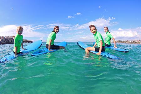Neljä vaihto-oppilasta surffaa Australiassa