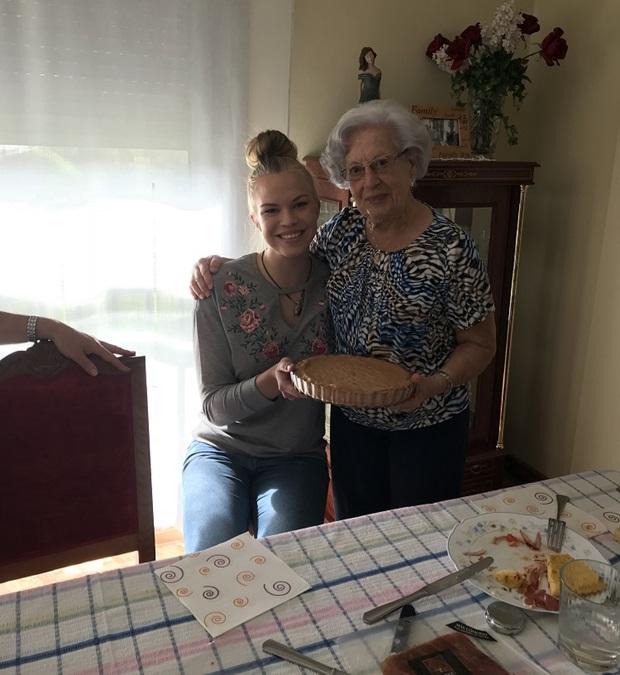 Isäntäperheen isoäidin kanssa leivottu piiras