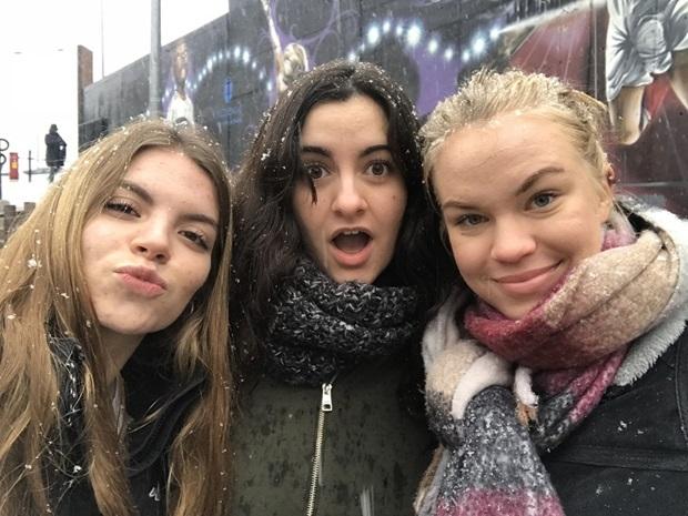 Kaverien kanssa lumisateessa Espanjassa