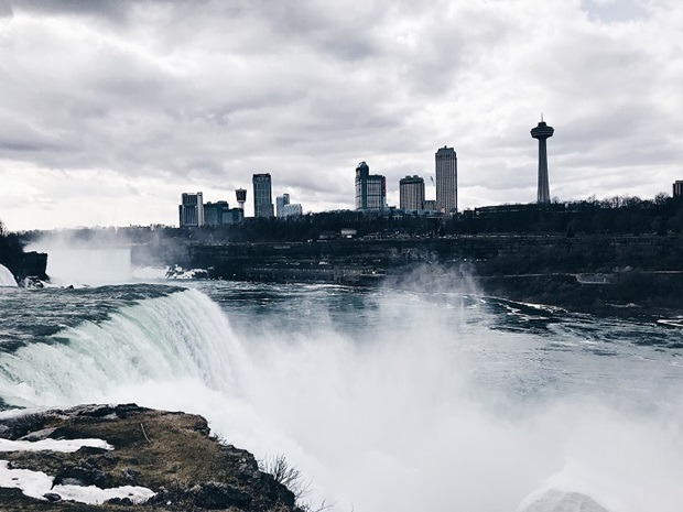 Niagara Falls ja kaupungin siluetti