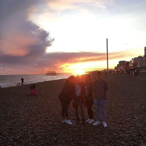 Kaverien kanssa Brightonin rannalla