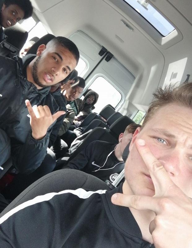 Vaihto-oppilas ja jalkapallo joukkue bussissa
