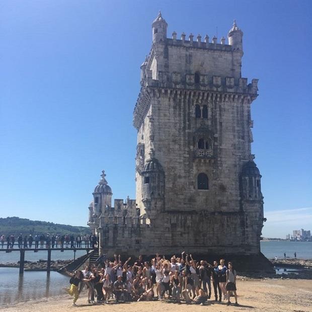 Vaihto-oppilaat linnan edessä
