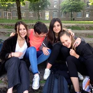 Vaihto-oppilas ja koulukaverit Ranskassa