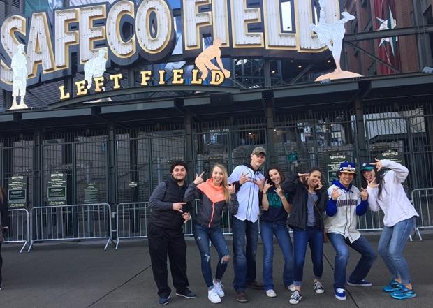 Vaihto-oppilas ja kaverit baseball kentällä