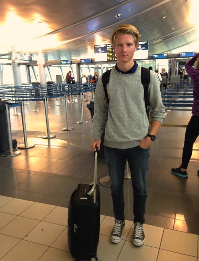 Eirik på flyplassen, klar for avgang til Tyskland.