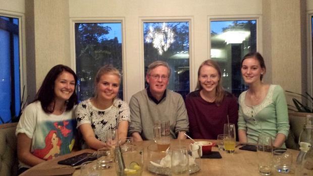 Utvekslingsstudent sammen med vertsfamilien.