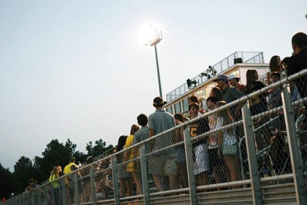 Studenter gjør seg klar for å se på skolesport i USA