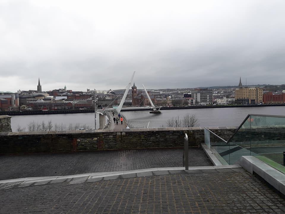 Utsikt over bro og elv i Irland