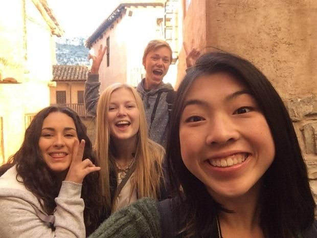 Norsk utvekslingsstudent med venner i Spania