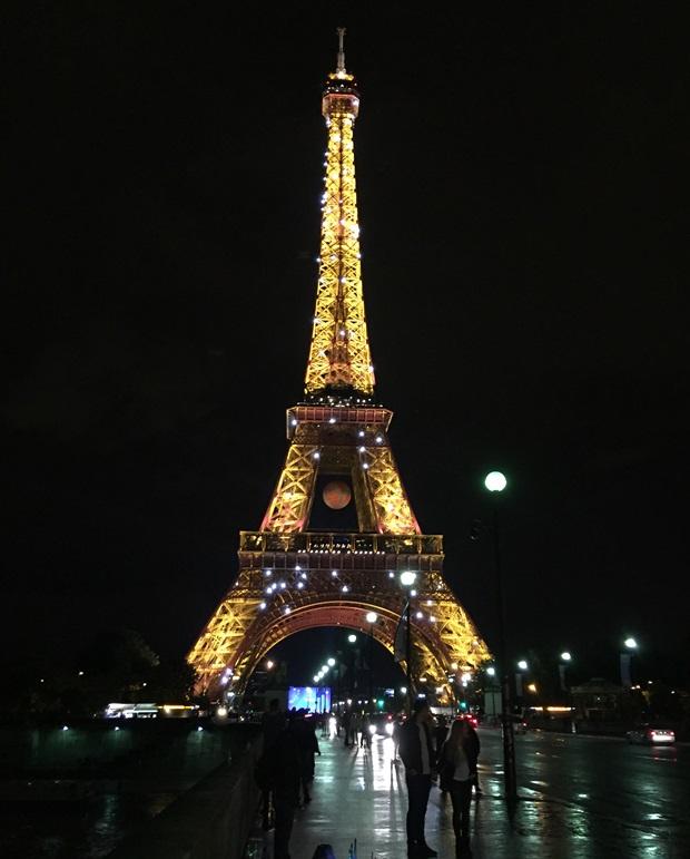 Eiffel tårnet opplyst om kvelden