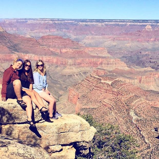 Tre utvekslingsstudenter og utsikt over Rocky Mountains
