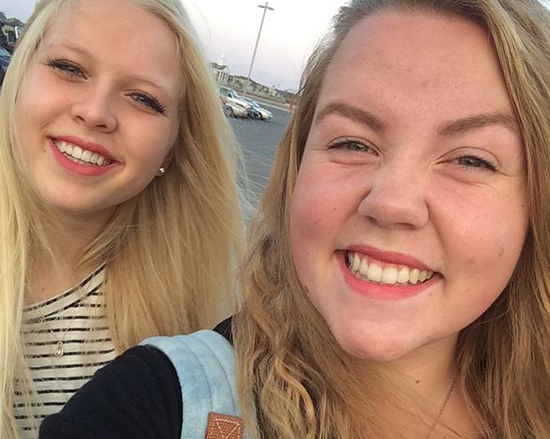 Glad utvekslingsstudent sammen med en venn