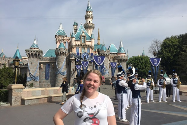 Utvekslingsstudent Aina i Disneyland.