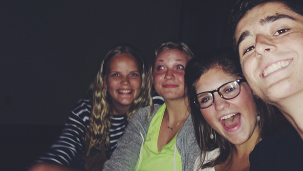 Norsk utvekslingsstudent med vertssøster og venner