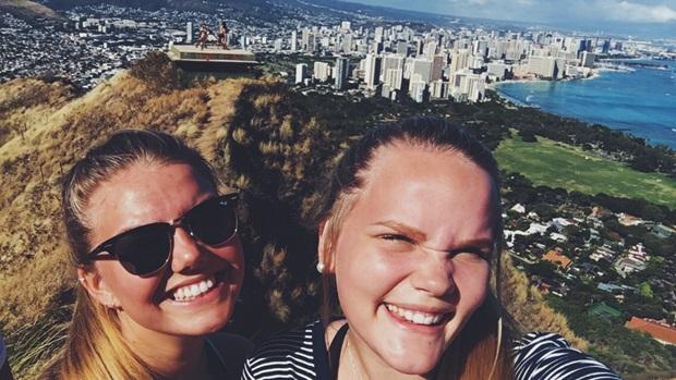 Utvekslingsstudenter med nydelig utsikt over Hawaii
