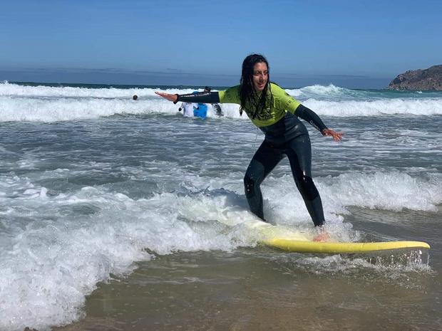 Utbytesstudent surfar