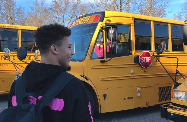 Utvekslingsstudent går til skolebussen