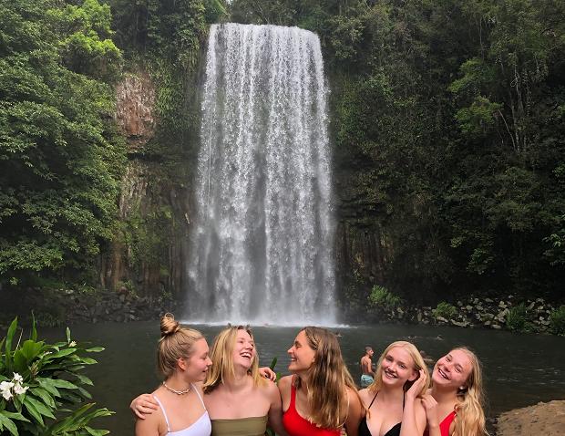 Kompisar vid ett vattenfall
