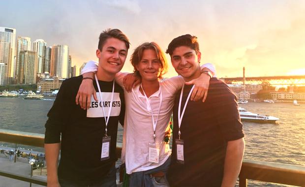 tre exchange student internazionali in posa nella baia di Sydney durante le giornate dei soft landing camp